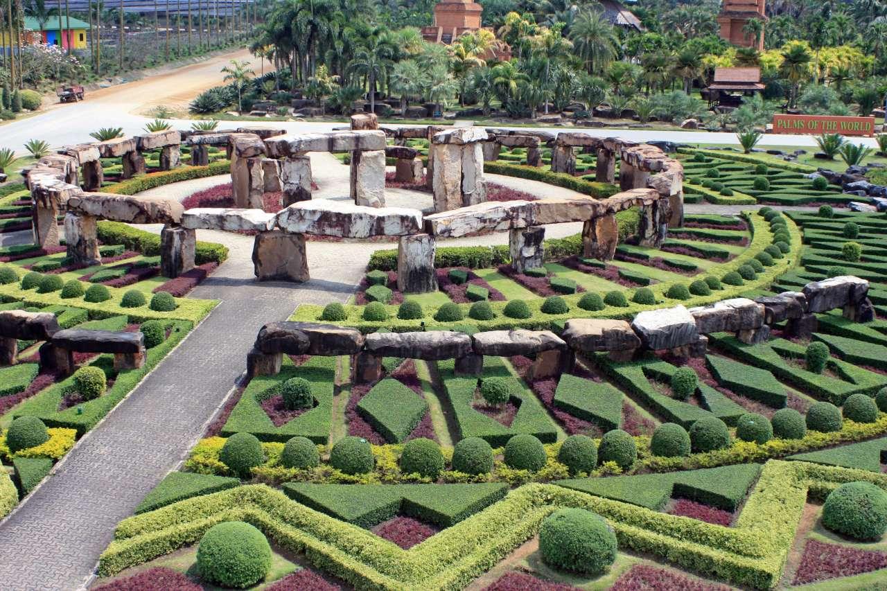 Nong_Nooch_Stonehenge_garden